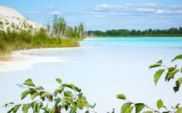 危险碱性湖和工业区 免版税图库摄影