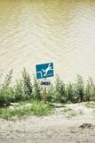 危险警告落入水 免版税库存图片