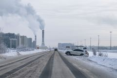 危险路在冬天,交通事故在冬天 免版税库存照片