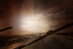 危险车辆驾驶在重的风暴期间 免版税库存照片