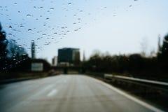 危险驾驶在大雨左手交通期间 库存照片