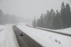危险驾驶,积雪的州际公路 免版税库存图片