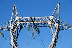 危险高压定向塔或高压塔的电 库存图片