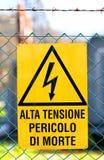 危险高压牌在能源厂 免版税图库摄影