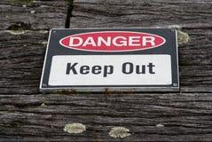 危险,保持警报信号老被风化的土气木t 库存照片