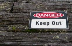 危险,保持警报信号老被风化的土气木t 免版税库存照片