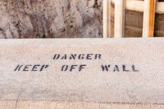 危险,让开墙壁 免版税库存图片