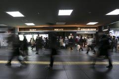 即刻地走在运输火车地铁地铁站的被弄脏的人群仓促 免版税图库摄影