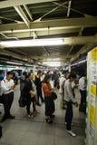 即将轮到火车在新宿站,东京,日本, 25-09-2014的人们 库存照片