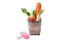 即新鲜蔬菜未加工的红萝卜,葱,被盐溶的萝卜在篮子和 免版税库存图片