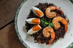 即泰国融合食物,被盐溶干燥的Tomyum riceberry用虾和 免版税库存照片