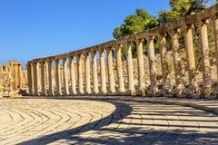 卵形广场160离子专栏古老罗马城市杰拉什约旦 免版税库存图片