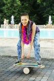 卵形木甲板的女孩平衡板的 免版税库存图片