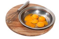 卵黄质和蛋白在碗和混合的导线 图库摄影