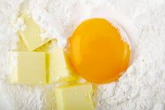 卵黄质和黄油在面粉 免版税库存照片