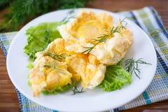卵黄质烘烤了入被搅拌的蛋白 库存照片
