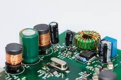 卷、电容器、电阻器和一台晶体控制振荡器 免版税库存图片