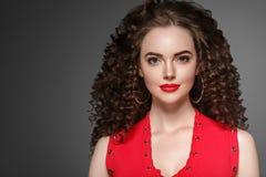 卷发妇女有长的深色的头发的发型夫人 免版税库存图片