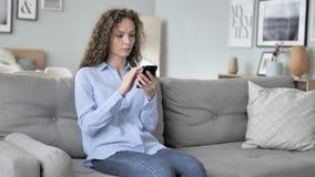 卷发妇女的网络购物失败