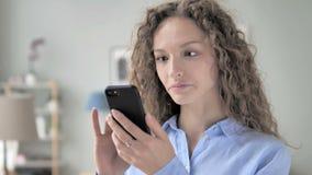 卷发妇女繁忙使用智能手机