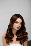 卷发样式 与长的波浪发型的美好的妇女模型 免版税库存照片