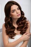 卷发样式 与长的波浪发型的美好的妇女模型 图库摄影