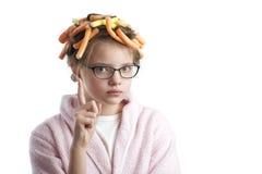 卷发的人和一件浴巾的女孩有一个被举的手指的 免版税库存照片