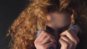 卷发的年轻女人在毛皮衣领掩藏她的面孔 股票视频