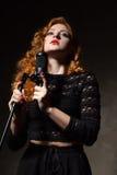 卷发的歌手画象有拿着mic的红色嘴唇的 库存图片