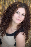 卷发,在高草的深色的女性模型 图库摄影