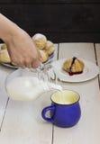 卷和水罐牛奶 免版税库存图片