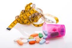 卷尺和药片 免版税库存照片