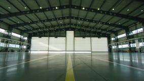 卷或快门门在机场飞机棚 关闭门或路辗门和水泥地板在工厂厂房里面为 股票视频