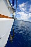 卷扬在航行游艇的船锚 图库摄影