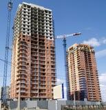 卷扬起重机和房子建筑 免版税库存照片