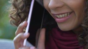 卷曲两种人种女性谈话在智能手机和微笑,通信,特写镜头 影视素材