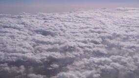 卷曲云彩的看法从飞机的窗口的 股票录像