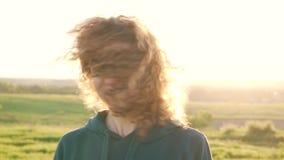 卷曲女孩在阳光下的挥动她的头 股票视频