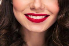 卷曲妇女可爱的红色嘴唇微笑有白色牙的 图库摄影
