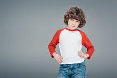 卷曲小男孩摆在 免版税库存照片