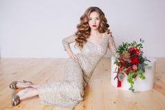 卷曲少妇画象闪烁金礼服的有完善的在白色背景的构成红色嘴唇的 概念 库存图片