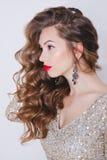 卷曲少妇画象闪烁金礼服的有完善的在白色背景的构成红色嘴唇的 概念 免版税库存图片