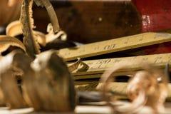卷曲的木刮在木背景 库存图片