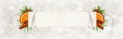 卷曲的灰色丝绸丝带和一个纸牌文本的与圣诞节 库存图片