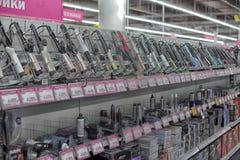 卷曲的钳子在家电和电子超级市场  库存图片