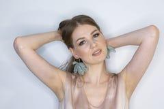 卷曲长发白肤金发的年轻模型 有卷曲完善的发型有限的景深的秀丽女孩 免版税图库摄影