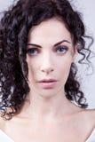 卷曲高尚的蓝眼睛的妇女 库存图片