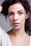 卷曲高尚的蓝眼睛的妇女 图库摄影