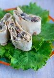 卷用在散叶莴苣的蘑菇 图库摄影