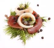卷用鲱鱼 在pertse的鲱鱼 esklyuziv盘ryby 文件毛鳞鱼 鲱鱼的保存 图库摄影